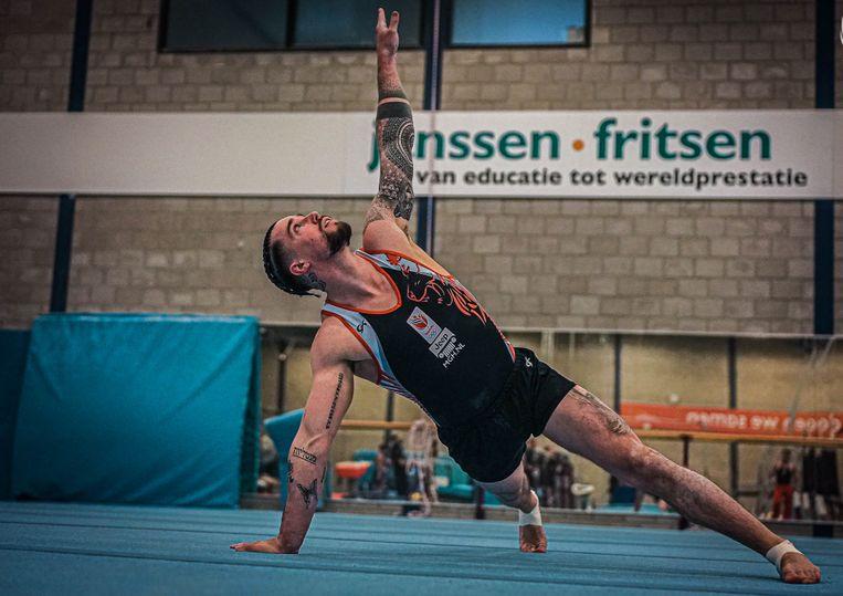 Casimir Schmidt tijdens een oefening op de vloer. Beeld KNGU
