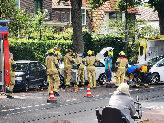 De brandweer heeft de persoon uit de auto bevrijd.
