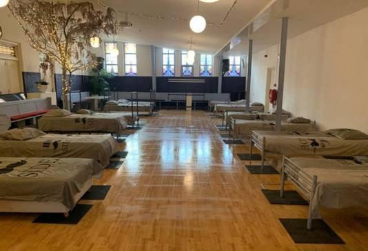 In de kerkzaal van de Victory Outreach Kerk in Rotterdam staan nu bedden voor daklozen.