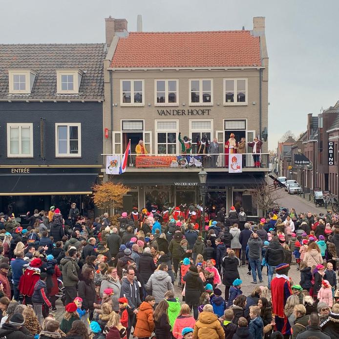 Op de Markt in Zevenbergen sprak Sinterklaas de mensen toe vanaf het balkon van Van der Hooft.