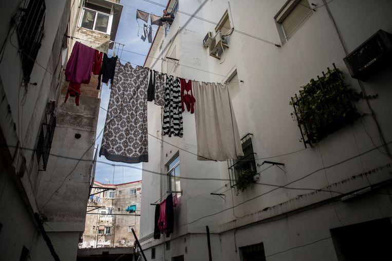 De was hangt te drogen in Los Pajaritos, een van de armste wijken van Sevilla en Spanje.  Beeld Javier Fergo