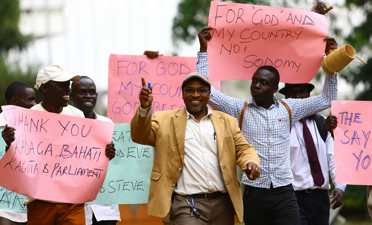 Supporters van Museveni bedanken hem voor het tekenen van de anti-homowet.