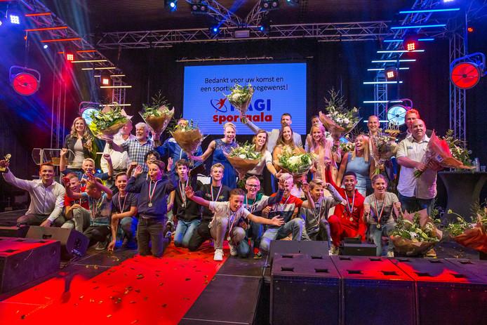 Alle winnaars tijdens het eerste sportgala op het podium.