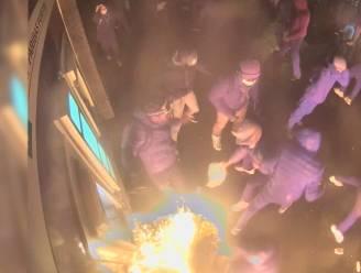 Politie op zoek naar man met skibril die brand stichtte aan politiepost tijdens rellen in Brussel