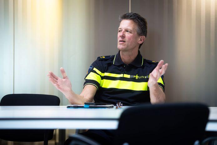 Chef Rienk de Groot van de regiorecherche in Zeeland-West-Brabant ruimt zijn werkkamer op in het politiebureau aan de Mijkenbroek in Breda. Hij wordt baas van de landelijke Dienst Speciale Interventies.