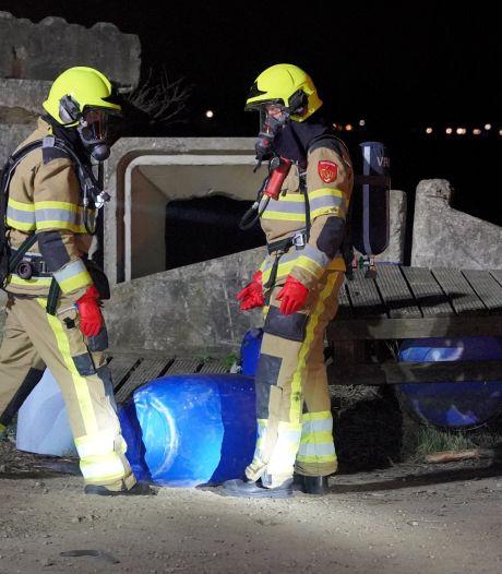 Vaten met mogelijk drugsafval gevonden langs Van Cittersweg Niftrik