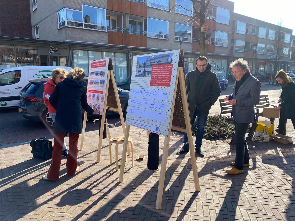 Inspraakstand van de gemeente Eindhoven op het Trudoplein, over de toekomst van het Stadhuisplein, met wethouder Yasin Torunoglu in gesprek met Frank van der Linden (rechts).