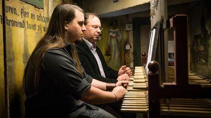Vader en zoon spelen duoconcert op beiaard