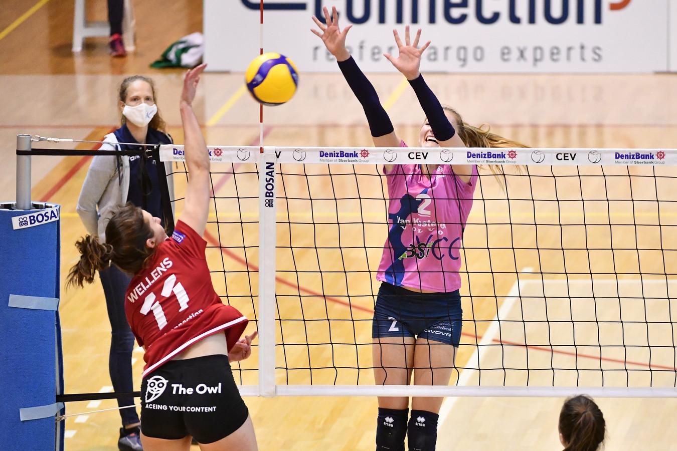 Elise Van Sas tracht de smash van Clara Wellens te pareren. Oudegem won zaterdagavond met 0-3 in Antwerpen.