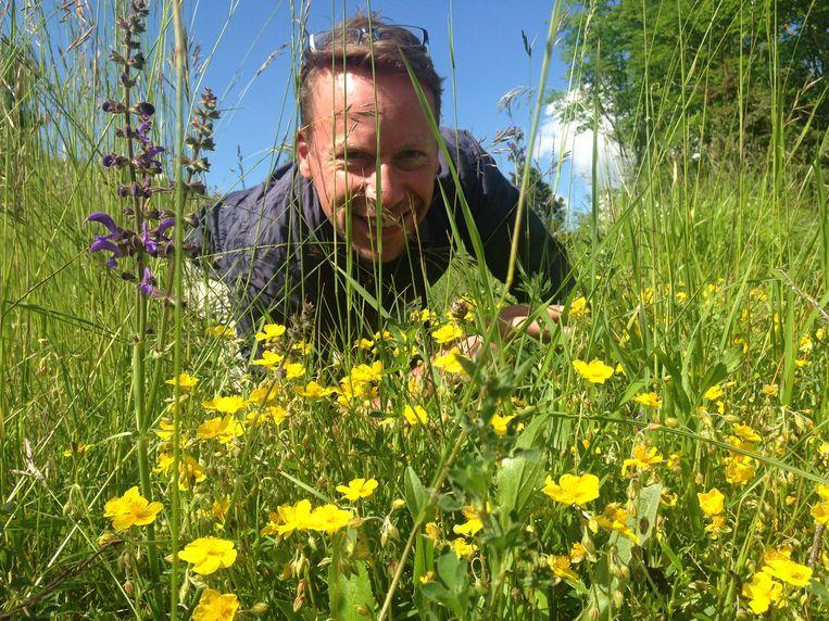 Op de knieën om wilde planten en dieren op naam te brengen. Beeld Patrick Jansen