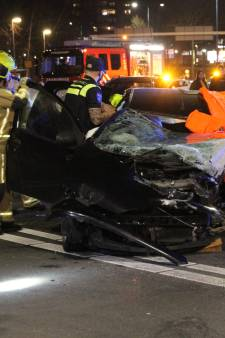 Auto rijdt hard tegen verkeerspaal in Zoetermeer, lachgastank aangetroffen in voertuig
