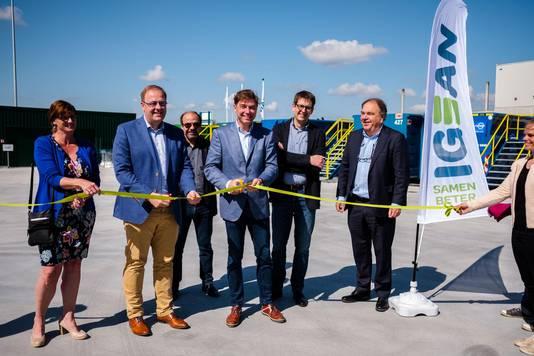 Burgemeester van Niel Tom De Vries en burgemeester van Boom Jeroen Baert knippen het lintje door.