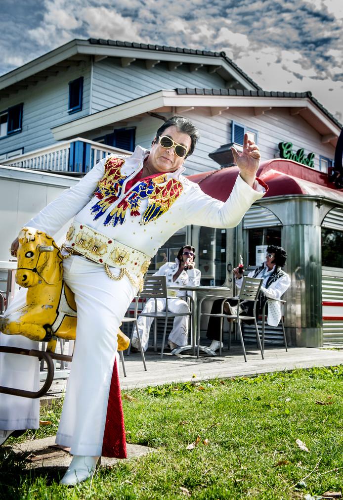 Michael treedt op in een Haarlemse kopie van de Aloha-suit. De adelaars zitten er met klittenband op. Elvis had het pak aan tijdens Aloha from Hawaii, in 1973 het eerste concert dat via een satelliet wereldwijd werd uitgezonden. De riem komt uit de VS.