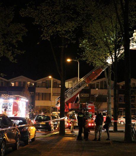 Vier woningen ontruimd bij flatbrand in Utrecht, bewoners van balkon gered met ladderwagen
