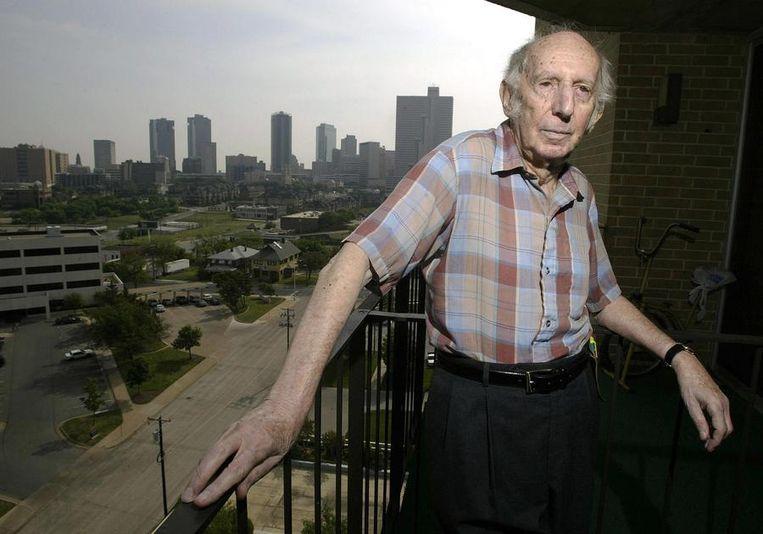 Dichter Leo Vroman op het balkon van zijn woning in Fort Worth, Texas in 2005. Beeld afp