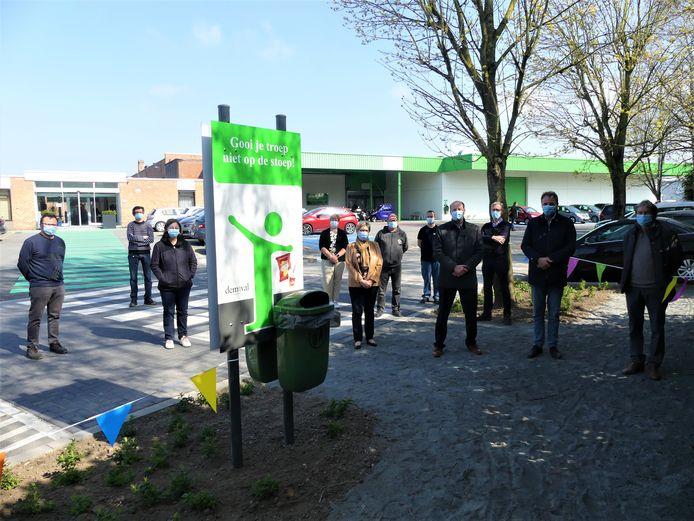 Het nieuwe voetpad sluit aan op de verhoogde oversteekplaats en een groen zebrapad leidt de medewerkers tot aan de deur.