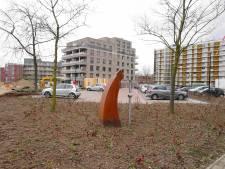 Treurnis om veranderde omgeving  van kunstwerk, grasveldje maakt plaats voor struiken