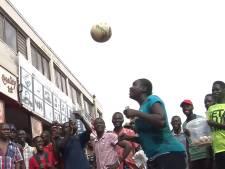 Deze Tanzaniaanse vrouw kan 'toveren' met een voetbal