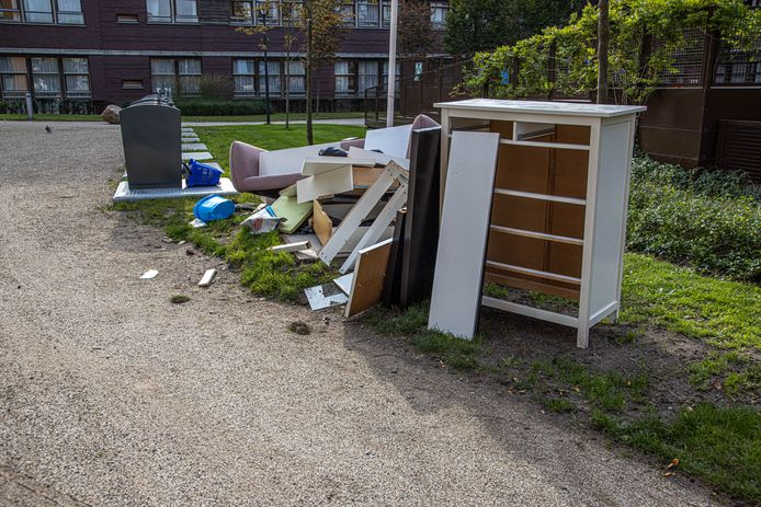 Grof afval bij ondergrondse containers in Zwolle. Gedumpt of klaar om opgehaald te worden door Rova? Vanaf volgende maand mag maximaal 500 kilo per jaar gratis ingeleverd worden bij de afvalverwerker.