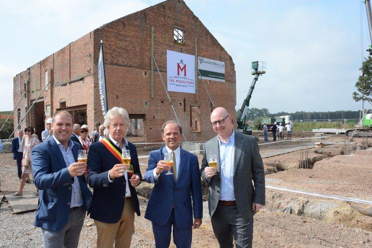 Samen met minister van Economie Philippe Muyters en burgemeester Chris Lippens klinken de zaakvoerders Kristof De Roo en Stefaan Soetemans op de nieuwe brouwerij.