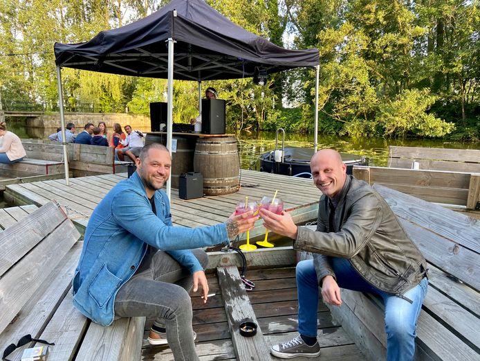Collega's en makkers Kris en Ryan uit Zandvliet komen van een gin-tonic genieten op de afterwork aan het Fort van Stabroek