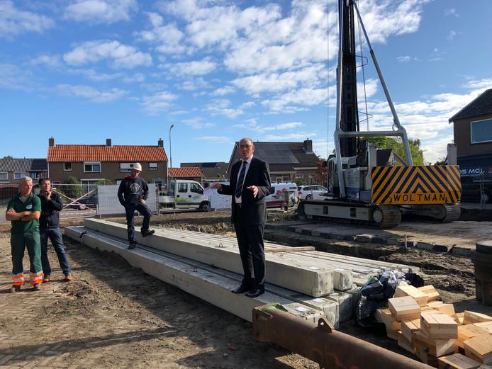 """,,Jullie zijn de ogen en de oren van de gemeenten"""", zegt wethouder Jaap Sinke. Hij sloeg donderdagochtend de eerste paal voor de twee nieuwe steuntpunten van gemeentewerken."""