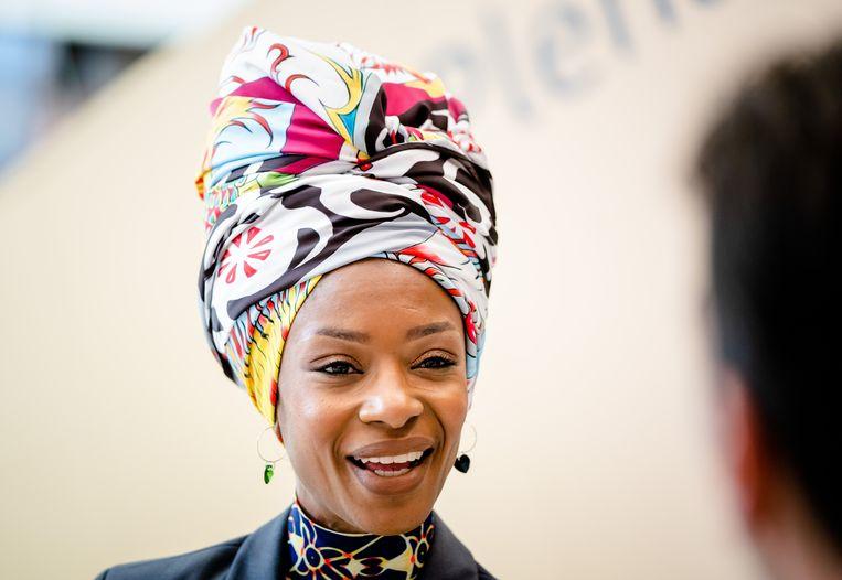 Sylvana Simons (BIJ1) liet zich voor haar hoofddeksel inspireren door haar Surinaamse roots. Ze draagt een angisa, een hoofddoek waarmee vrouwen in Suriname boodschappen door konden geven. Beeld Hollandse Hoogte /  ANP