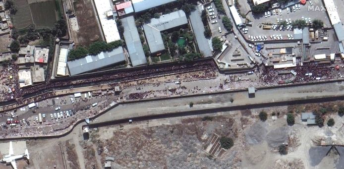 Een sattelietbeeld toont hoeveel volk zich verzamelt aan een van de poorten van de internationale luchthaven in Kaboel.