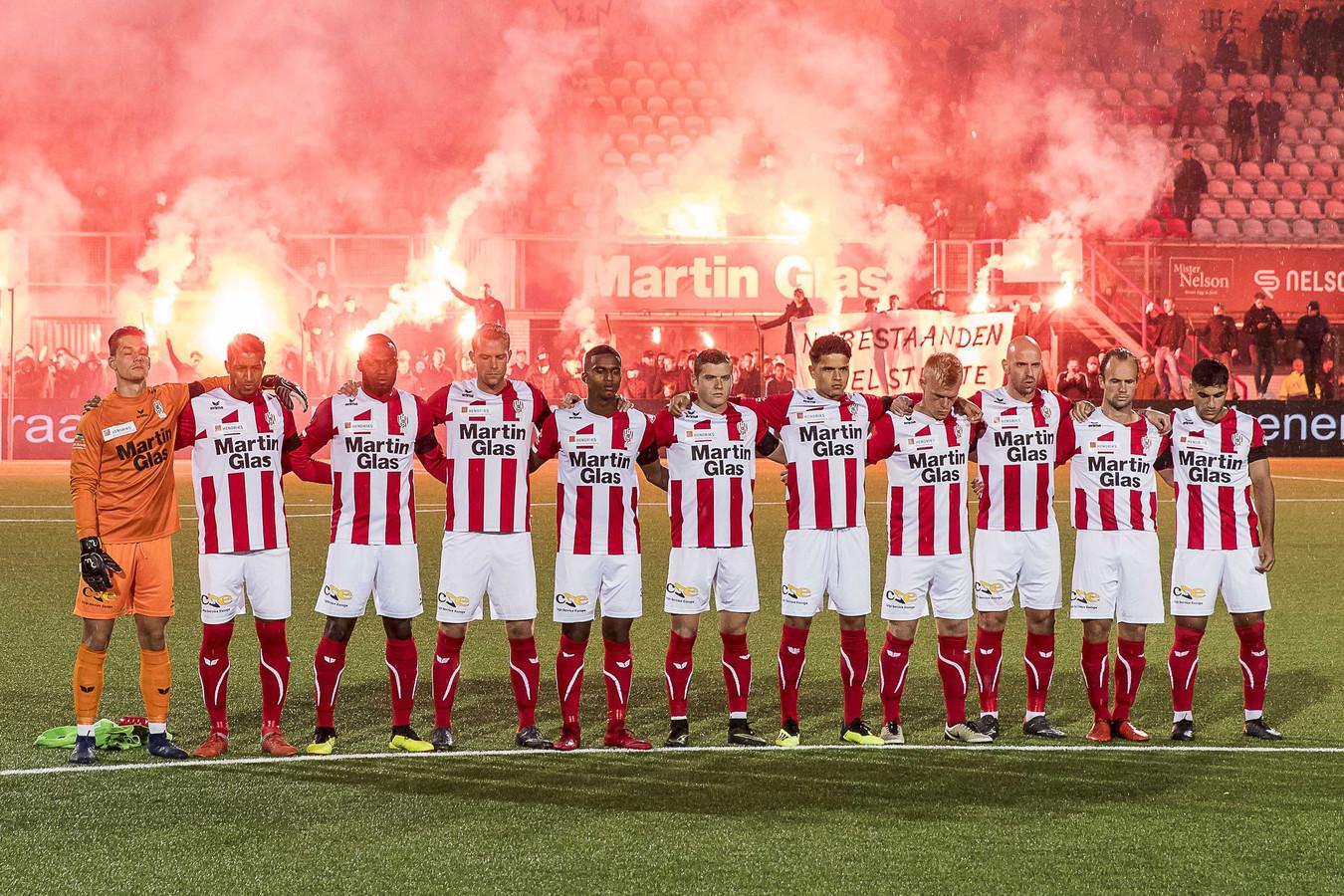 De spelers van TOP Oss houden een minuut stilte voorafgaan aan de wedstrijd tegen Sparta.