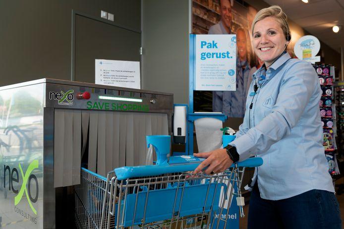 Supermarktmanager Nicole van Namen van Albert Heijn Zaltbommel bij de ontsmettingsmachine die virussen doodt met behulp van UV-licht.