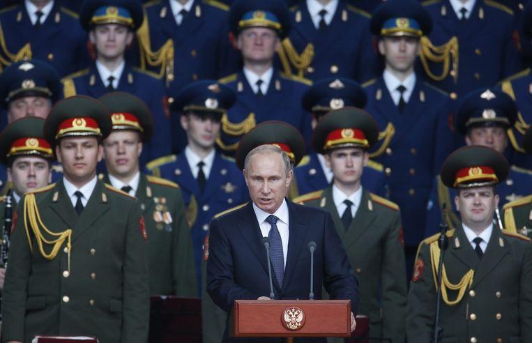De Russische president Vladimir Poetin tijdens zijn speech tijdens de opening van de wapenbeurs in Kubinka, nabij Moskou. Beeld EPA