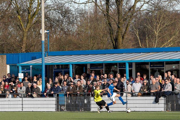 Neerlandia'31, hier nog met oude kantine, won bij de inhuldiging van de nieuwe kantine met 4-0 van TVC Breda. (archieffoto)
