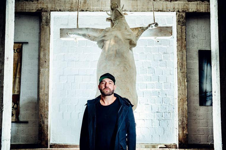Tom Herck bij zijn Holy Cow-kunstwerk.  Beeld © Stefaan Temmerman