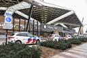 Politieauto's te over bij het station.