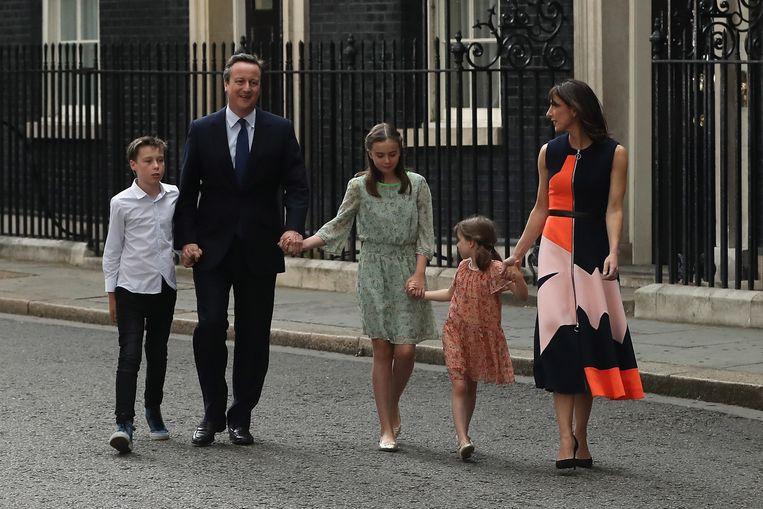 David Cameron bij zijn vertrek van Downing Street in 2016, met zijn vrouw Samantha en kinderen (Nancy in het midden, Arthur en Florence). Beeld Getty Images