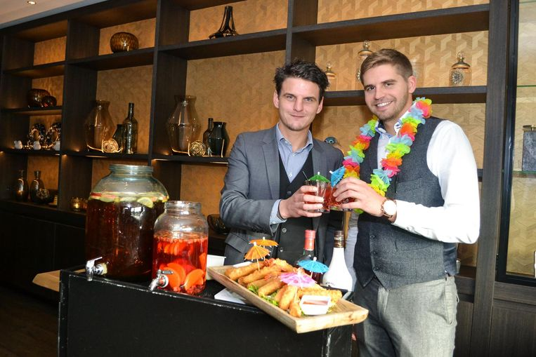 Filip Kegels en Tim Van der Valk brengen al een toost uit op de toekomstige zomerbar.