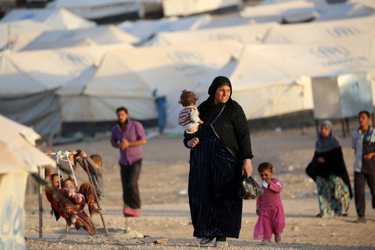 Vrouwen en kinderen in het vluchtelingenkamp Al-Hol, waar de twee Belgische IS-vrouwen vastzitten. (Illustratiefoto)