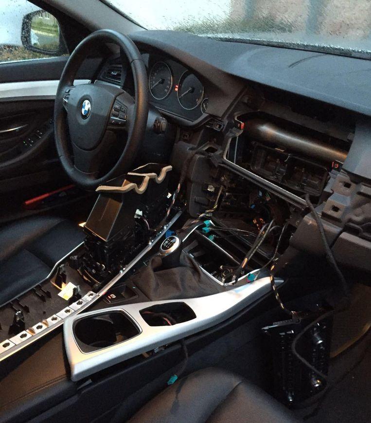 Archieffoto. Een BMW is ontdaan van de middenconsole na een inbraak.