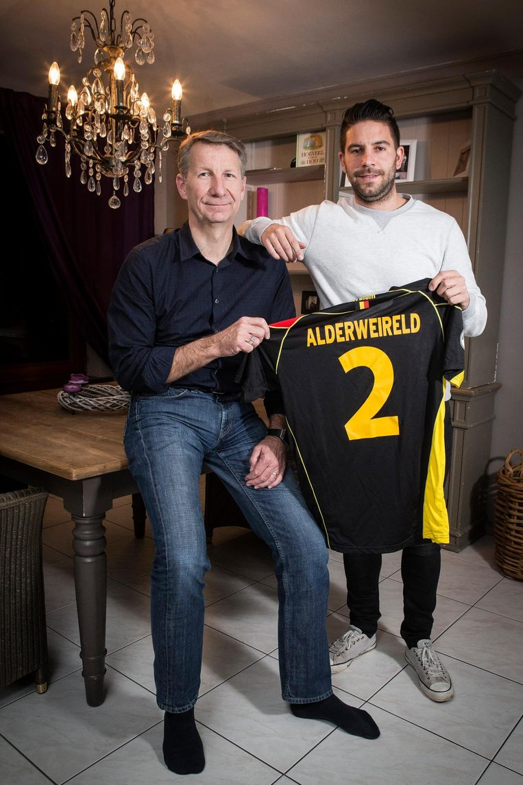 Pa Alderweireld met één van Toby's broers Beeld photo_news