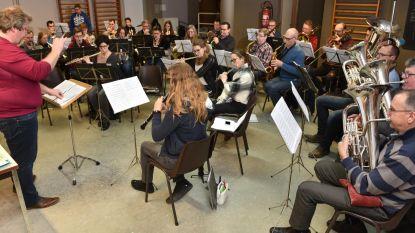 Vier harmonieën brengen samen concert met meer dan honderd muzikanten en vijf dirigenten
