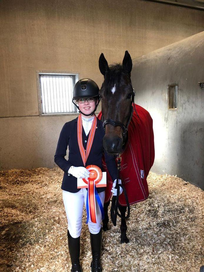 Amazone Marilyn Roelofs won zilver op het NK Dressuur voor pony's in Ermelo.