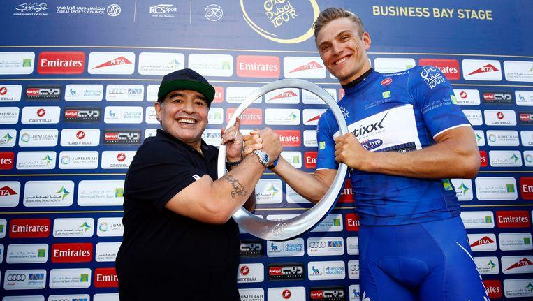 Maradona (links) overhandigt wielrenner Marcel Kittel de prijs voor de winnaar van de vierde etappe van de Tour van Dubai. Beeld photo_news