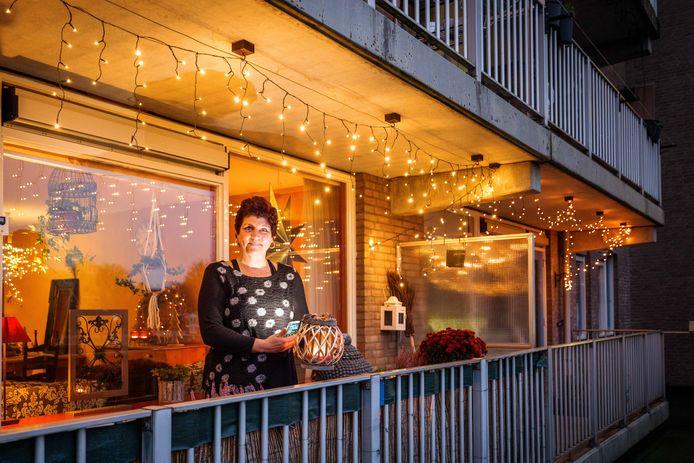 """Sanne Jansen uit Steenwijk roept mensen op om verlichting aan te brengen rondom hun huis. ,,Dat geeft iedereen een warm hart."""""""