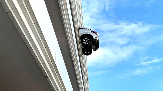 Une voiture suspendue à 15 mètres de haut.