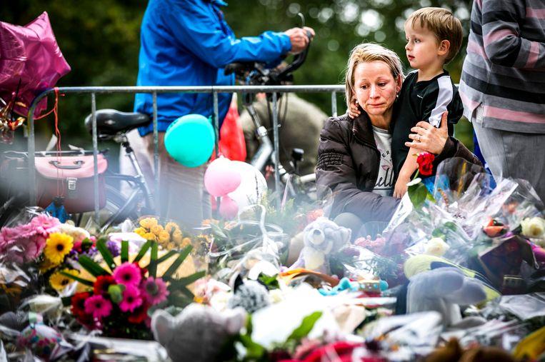 De bloemenzee bij de spoorwegovergang aan de Braakstraat in Oss waar in 2018 vier kinderen omkwamen bij een ongeluk tussen een trein en een elektrische bakfiets. Beeld Hollandse Hoogte /  ANP