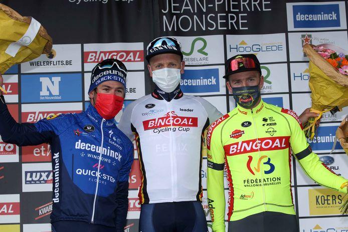 Timothy Dupont (r.) flankeert op het podium van de Grote Prijs Jempi Monseré winnaar Tim Merlier (met leiderstrui Bingoal Cycling Cup) en Mark Cavendish.