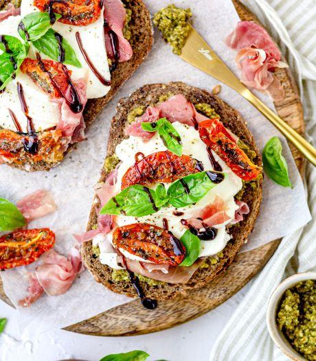 Wat Eten We Vandaag: Toast met pesto, mozzarella en parmaham