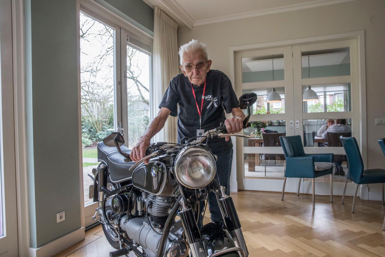 Piet van Bakel was verrast dat zijn motor 'Toos' onverwacht in de huiskamer van Hospice Dommelrode stond.