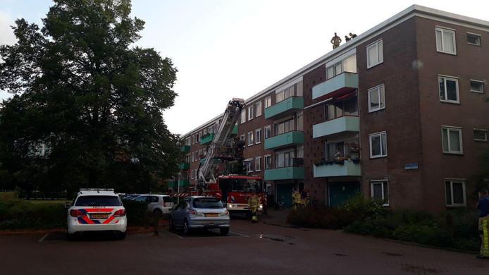 De brandweer haalde de dronkenlap veilig van het dak in Zwolle.