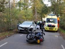 Motorrijder gewond na botsing met auto in Beers